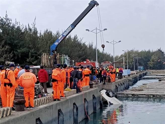 布袋第三漁港發生有1輛休旅車落海意外,救援人員於13時20分將車輛撈起。(張毓翎攝)