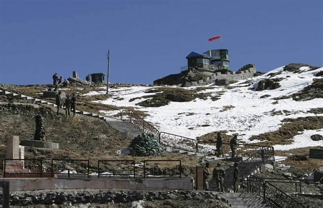 印度部隊在北錫金中印邊境的資料照。(路透)