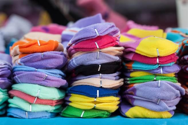 新襪子兩端常能看到有對「V型鐵夾」扣在上方,不少人都以為它只是拿來固定用的,真實功用曝光後,竟嚇壞一票網友。(圖/Shutterstock)