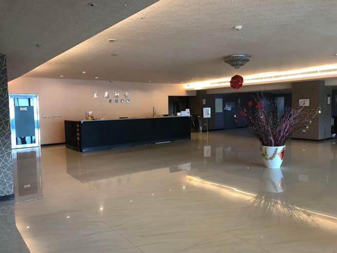 台積電承租的12層大樓員工宿舍,共300間房,採飯店式管理,還有寬敞大廳,讓員工下班後享受度假感覺。(戴志揚翻攝)