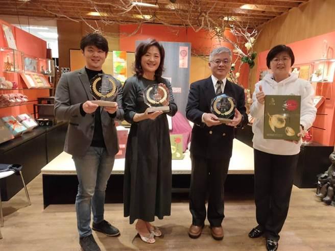 翁羿琦(左二)表示,陳允寶泉的香柚檸檬蛋糕,一舉拿下「網路人氣獎第一名」、「十大伴手禮首獎」、「十大伴手禮金口碑獎」三冠王。圖/曾麗芳