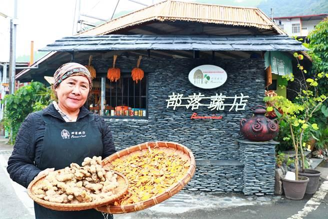 來義鄉部落蔬店的生薑雖又小又醜,但因無毒種植如野生,比市面上的更香更辣,深受消費者喜愛造成熱賣,銷量多出平常1倍。(謝佳潾攝)