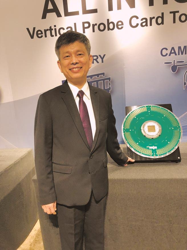 圖為中華精測總經理黃水可拿著自家探針卡。圖/本報資料照片