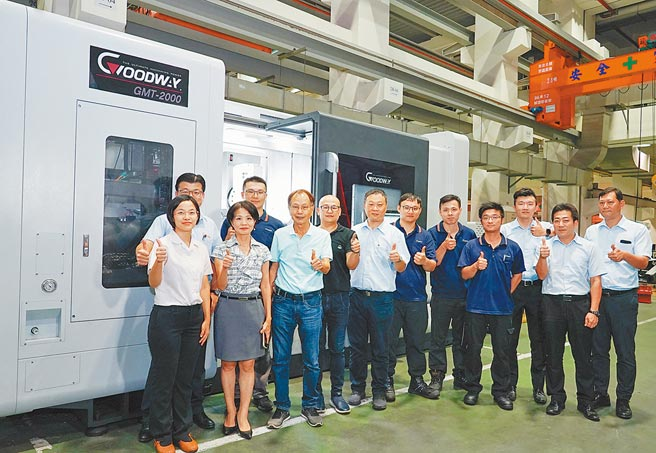 楊德華董事長(前排左三)和程泰機械防偽滾輪製作團隊,在GMT-2000車銑複合機前合影。圖/業者提供