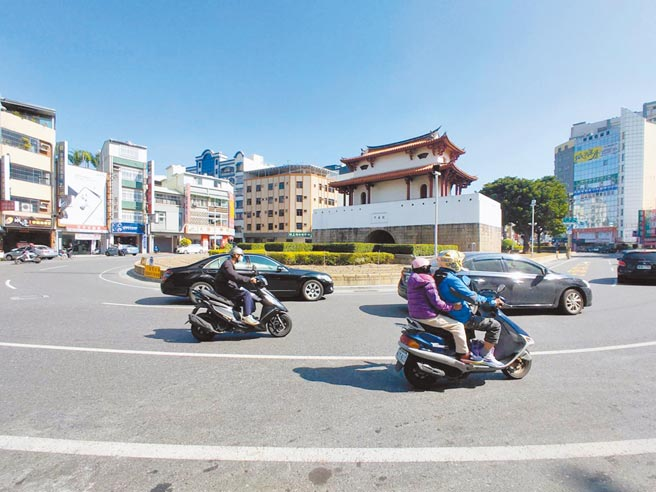 台南市東門城圓環交通事故頻傳,市府交通局計畫透過工程的手段來改善。(洪榮志攝)