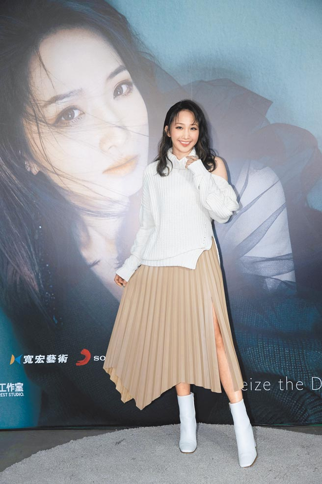 朱俐靜昨亮麗出席新專輯記者會,臉上看不出病容。(福韻工作室提供)