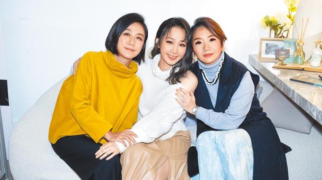 朱俐靜(中)昨發片,主持人陶晶瑩(右)和製作人黃韻玲為她加油打氣。(福韻工作室提供)