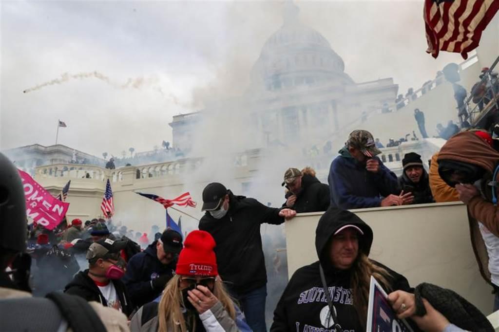 川普支持者與警方在國會大廈外爆發激烈衝突。(路透)