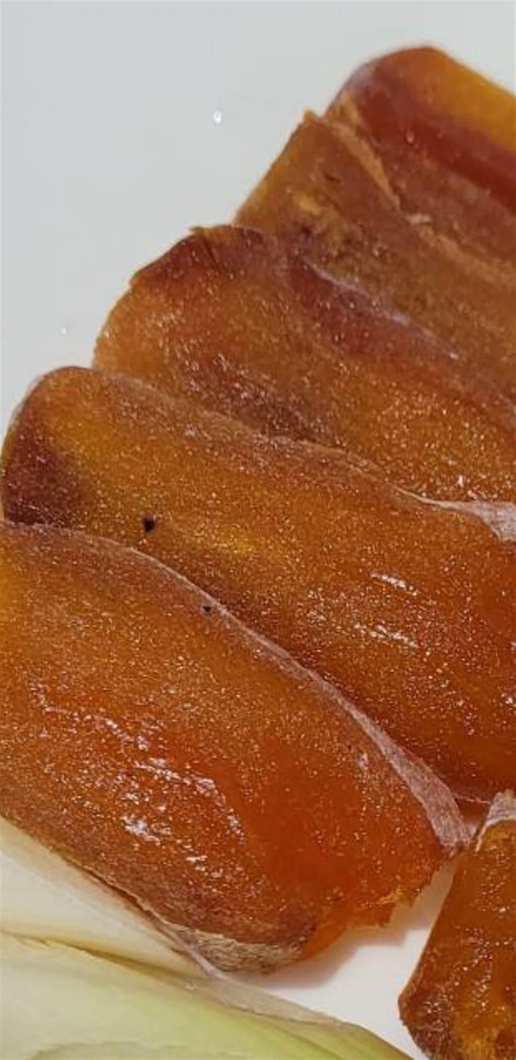柿餅切片後,不僅色澤相似,就連紋路也很像烏魚子。(圖/翻攝自爆廢二公社)