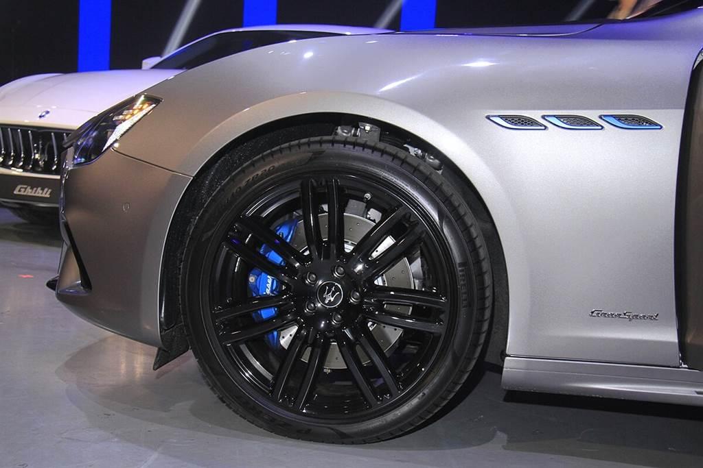 Ghibli MHEV外觀沒有Hybrid的相關字樣辨識,主要是以象徵電力的藍色,點綴在經典的前葉子版散熱鰭孔、剎車卡鉗(藍色需選配,標準為銀色)及Saetta廠徽上。而啟發自經典賽車3200GT及Alfieri概念車的設計語彙,還配置了全新的尾燈展現Maserati新世代造車美學。