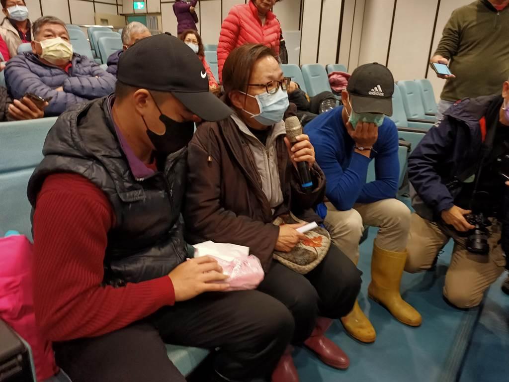 蘇澳籍漁船「永裕興18號」失聯李姓船長的妻兒7日出面哭訴政府對於搜救行動遲遲沒有作為。(胡健森攝)