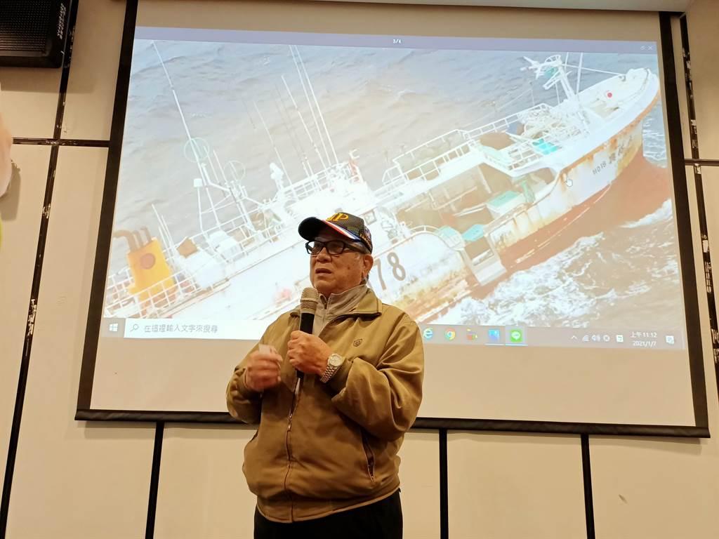 宜蘭縣延繩漁業協會常務理事洪信和表示,透過國搜中心回傳的照片,可確認船上還 有許多存活的船員。(胡健森攝)