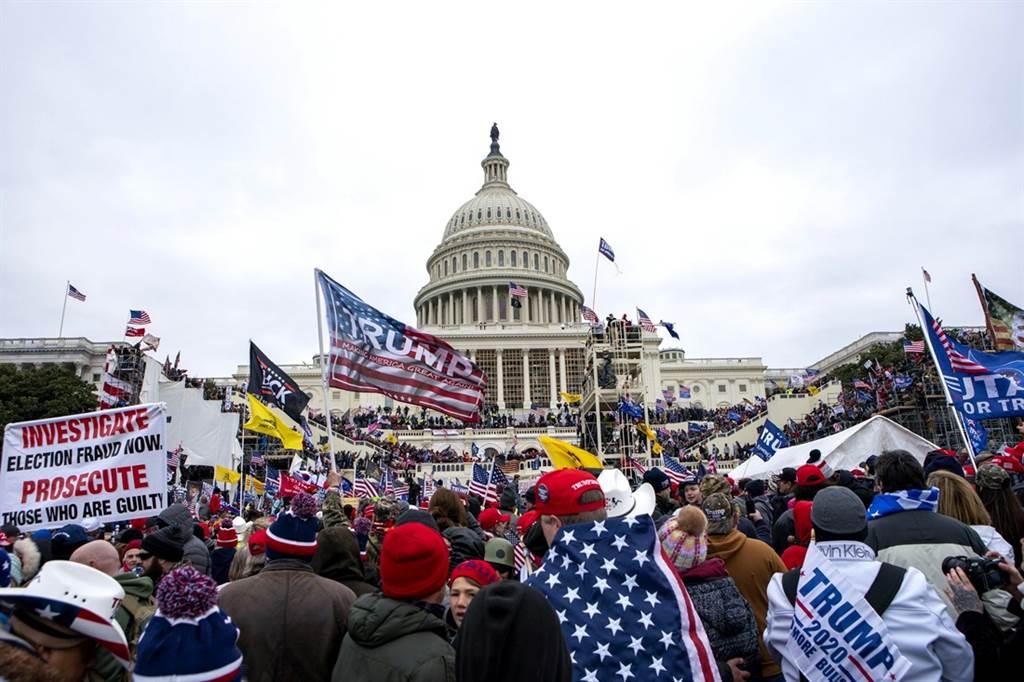 川普粉絲6日闖進美國國會大廈,和執法人員爆發激烈衝突。(圖/美聯社)