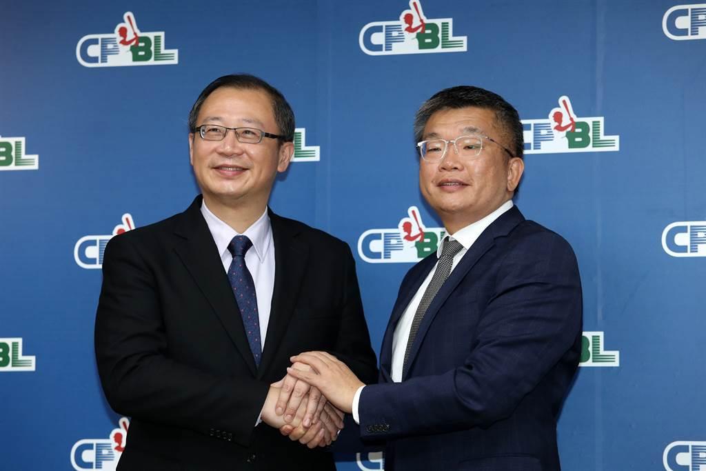 中職現任會長吳志揚(左)將交棒給下任會長蔡其昌(右)。(資料照/劉宗龍攝)