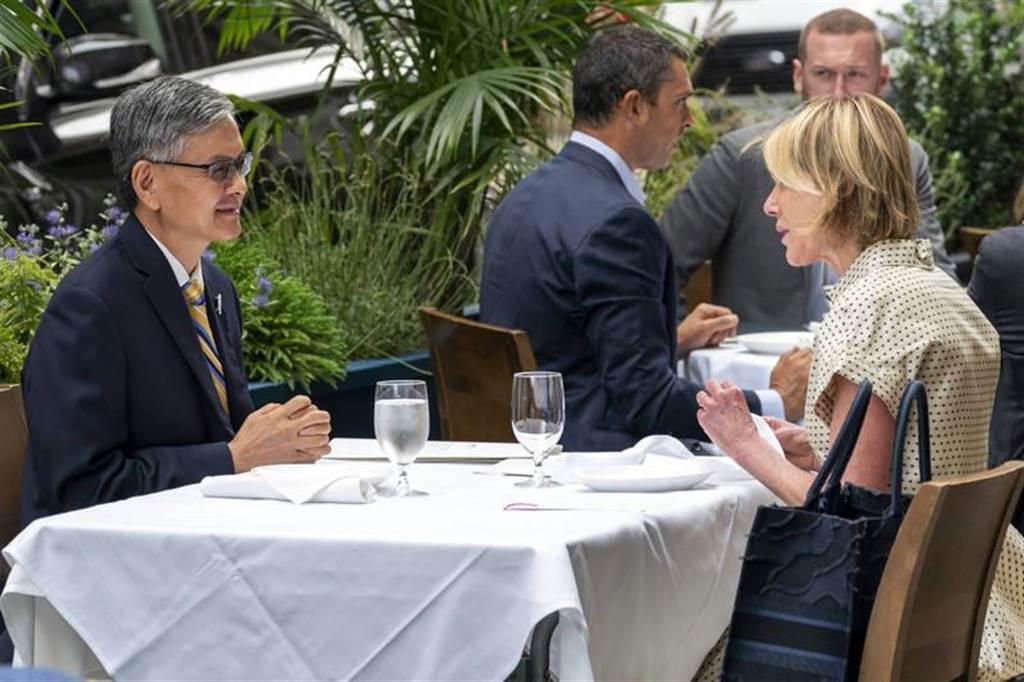 美國駐聯合國大使克拉夫特(右)之前與駐紐約台北經濟文化辦事處處長李光章(左)共進午餐。(美聯社)
