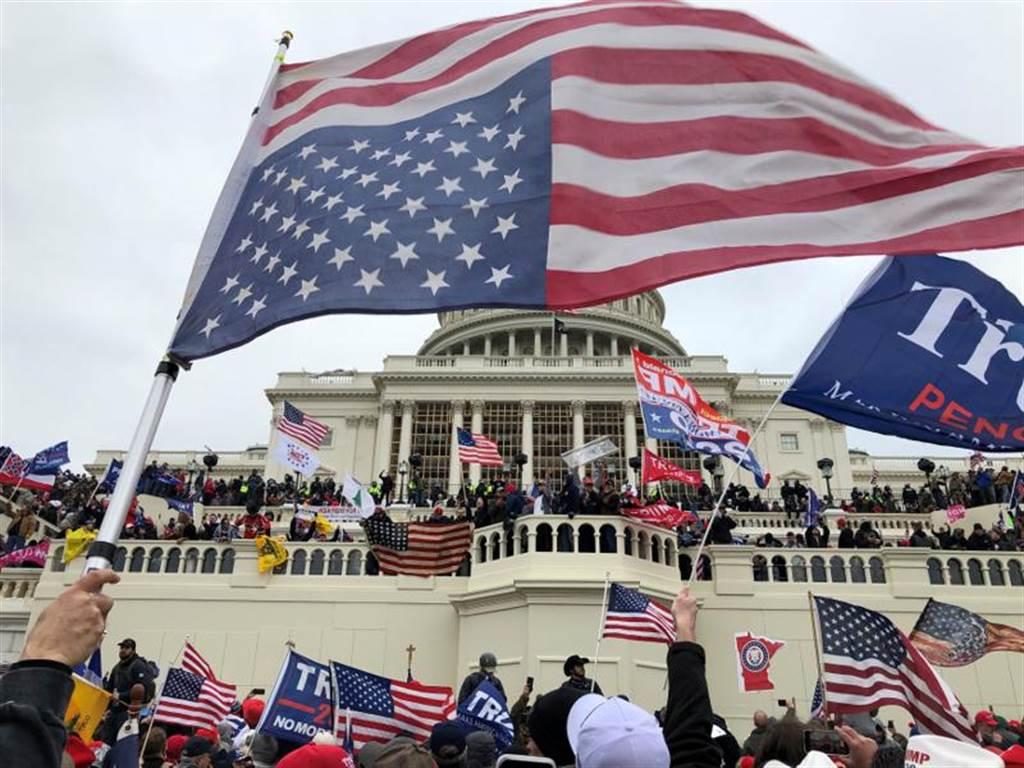 華府暴動攻進國會大廈,暴力襲擊國會事件震驚世界,動搖了美式民主基石,也讓美式民主體面盡失。(圖/路透)