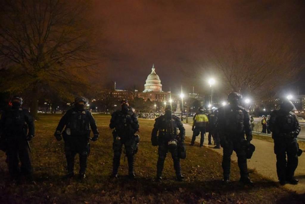 華盛頓警方戒備森嚴,但還是讓毫無組織的示威者攻進國會大廈,確實非常丟臉。(圖/路透)