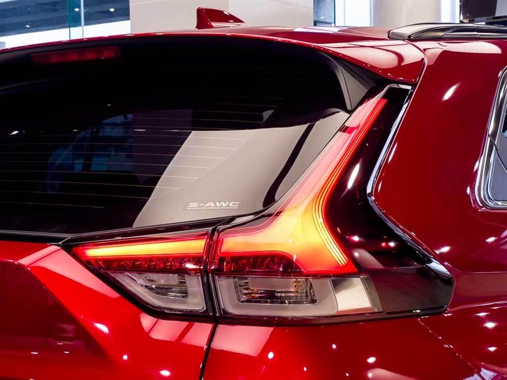 LED尾燈造型因應車尾設計,亦有更動。