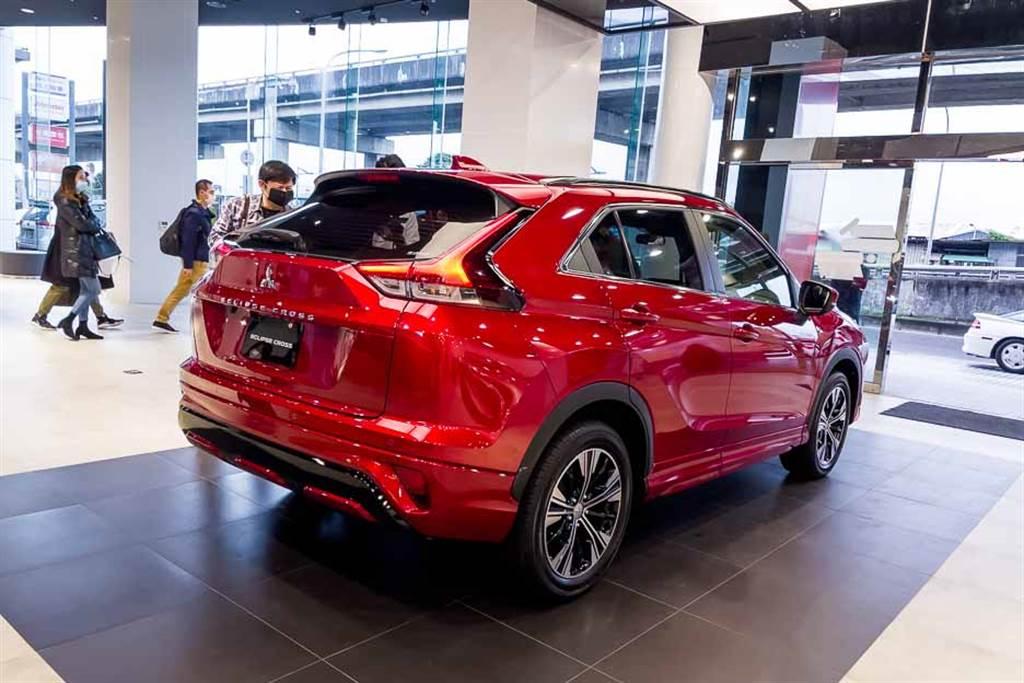 車尾仍舊採取Coupe-Like設計,不過雙層後擋玻璃的設計予以取消。