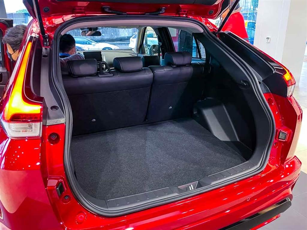 行李廂空間因車長加長,容積提升至512升。