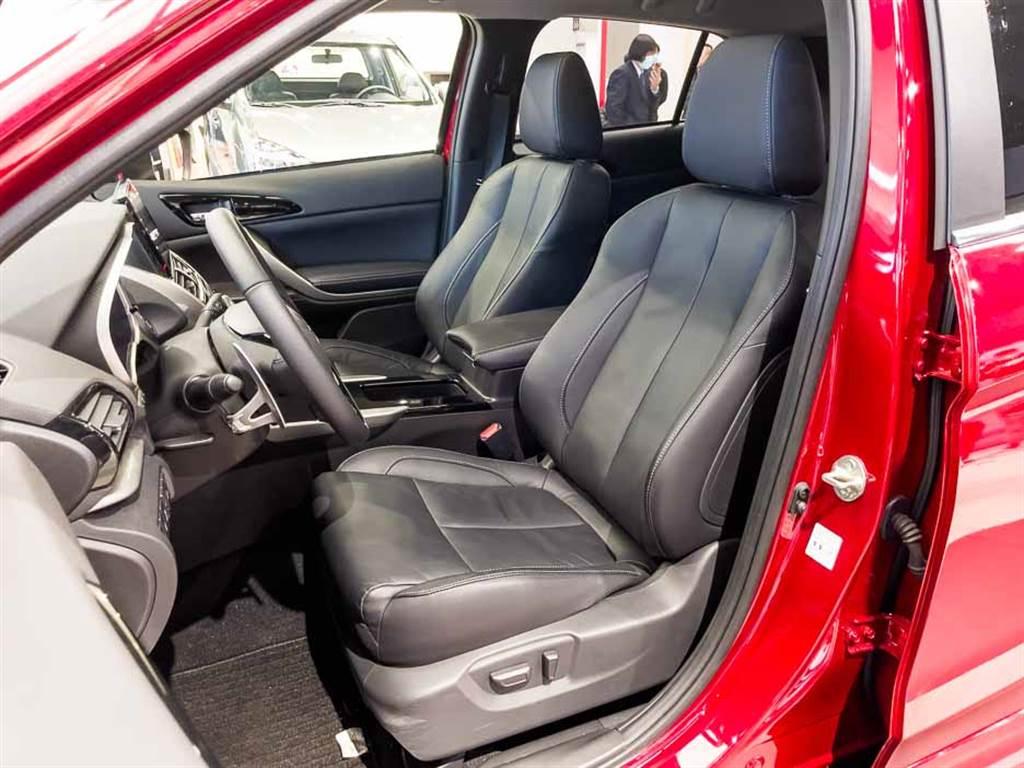 雙前座座椅皆提供電動調整與加熱功能。