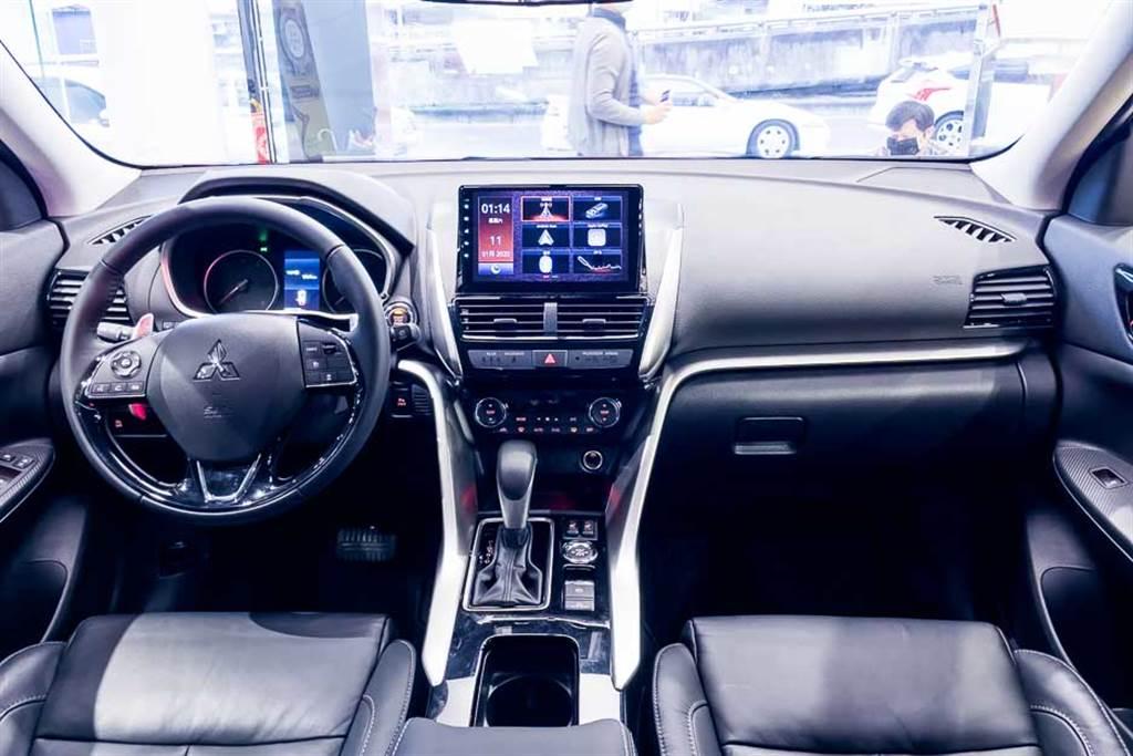 座艙佈局與改款前大致相同,原廠強調Eclipse Cross為全台首款獲得SGS車室VOC低揮發性有機物與醛酮類物質測試標章、且濃度低於國際標準的車款。