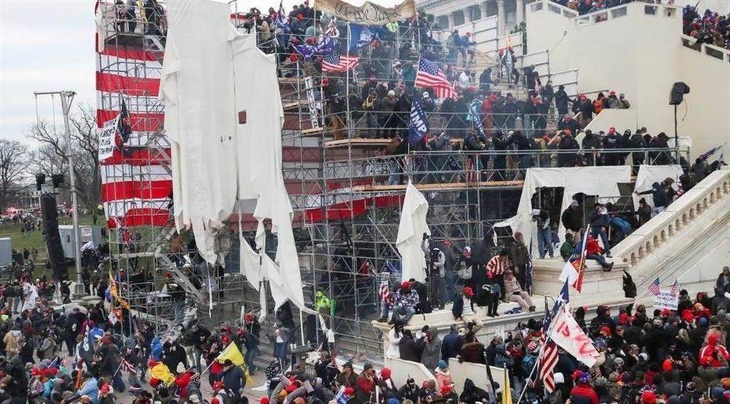 華盛頓示威者攻入美國會大廈,這是自1814年英國佔領並縱火焚燒華盛頓特區後,美國會大廈首次被外界攻破。(圖/微博@人民日報)