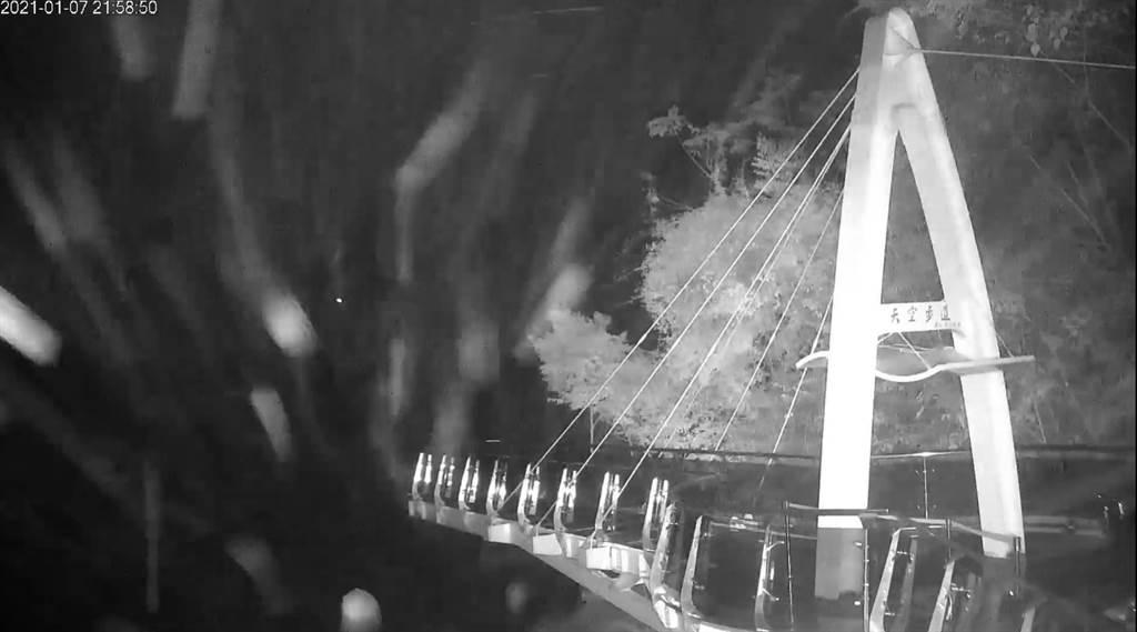 今晚(7日),北部小烏來天空步道率先降雪。(圖/影片截圖)