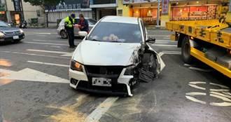 轎車猛撞電桿削頭全毀 駕駛癱坐車內僅擦挫傷