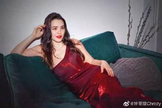 鍾麗緹23歲混血女兒火辣低胸側躺 性感S曲線沒輸女神媽