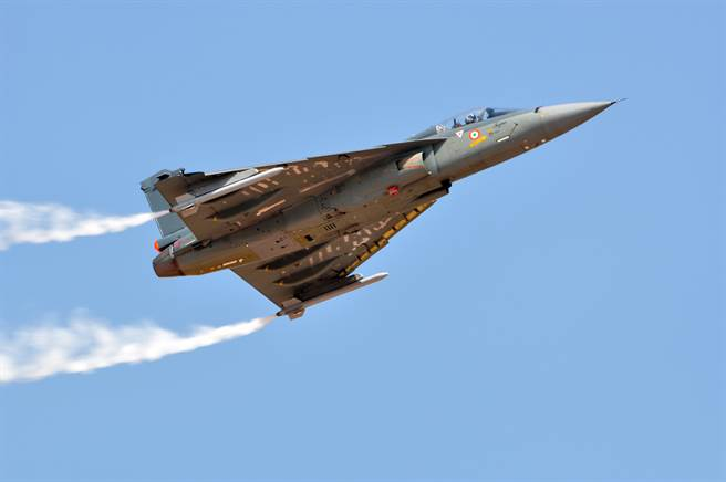 《印度時報》報導,印度空軍在「印度製造」的原則下,將大手筆採購83架光輝1A型戰機,與56架C-295運輸機。圖為光輝戰機於2015年印度航展亮相。(圖/ Shutterstock)