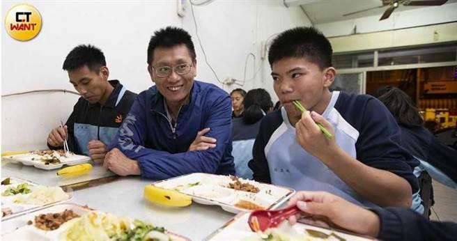 黃泰吉不只操練學生跆拳道,他還免費提供學生食宿、課業輔導,每月光是買菜錢就超過5萬元。(圖/黃威彬攝)
