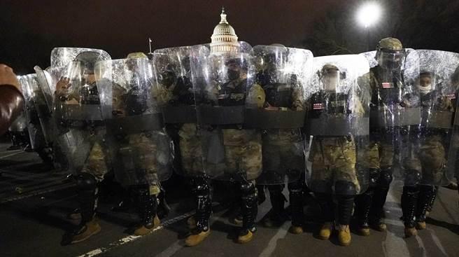 歷經川粉一天的暴動後,美國華府國民兵1月6日晚在國會大廈外守備。(美聯社)