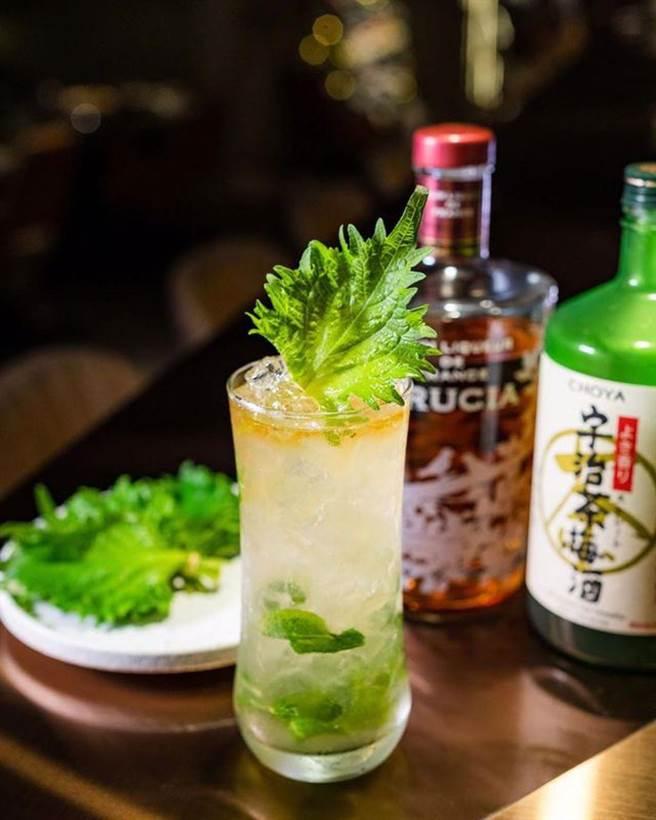 「Shijito」你沒看錯,小編也沒拼錯。隱士將經典Mojito的作法改良,清香紫蘇配上宇治茶梅酒,高雅的甜配上如青草般溫煦的氣息,是一款非常清爽的調酒喔!(圖/BEEN蜂報提供)