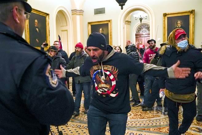 大批川普粉絲6日下午聚集美國會大廈外圍示威,最後衝進大廈建築,川粉也闖入參議院。(圖/美聯社)
