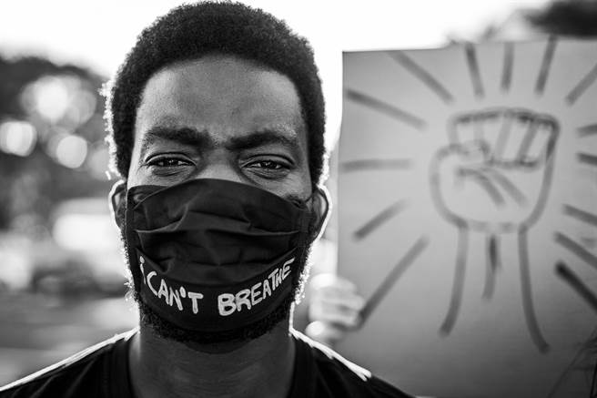 無視染疫數字爆表、衛生官員嚴詞勸告,美國反口罩團體仍持續上街抗議,洛杉磯多處商場近日遭闖入,戴著口罩的路人被罵「口罩納粹」。(示意圖/shutterstock提供)