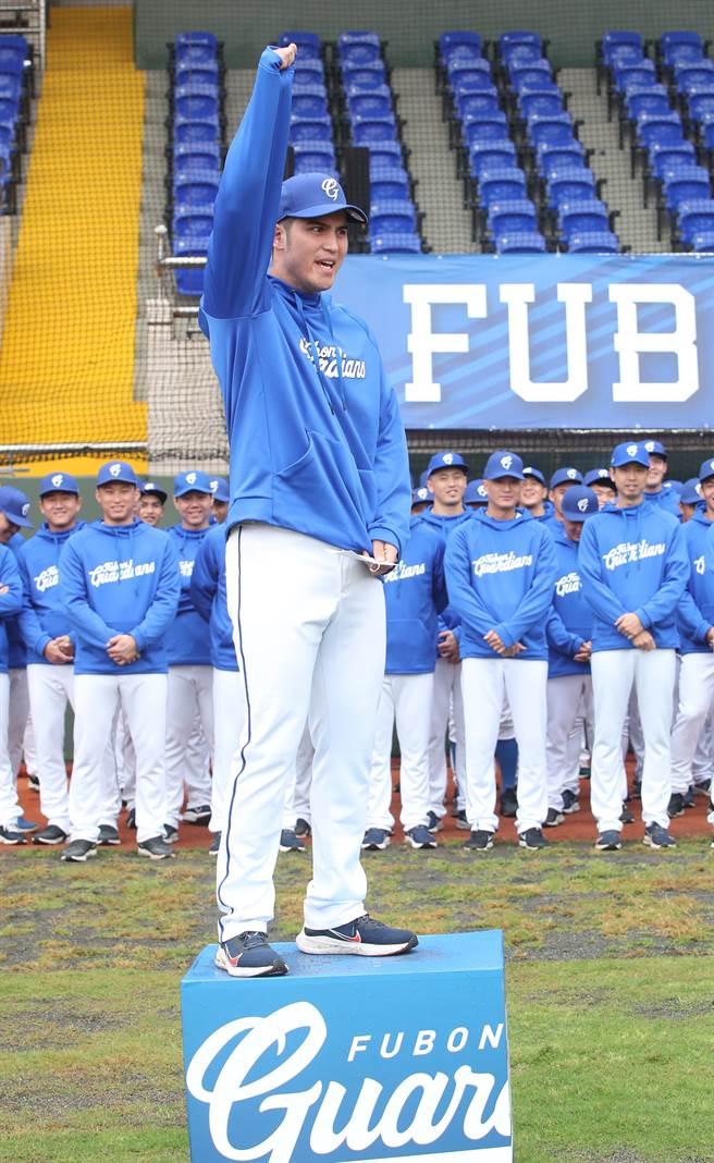 富邦悍將新秀陳真今年將換穿7號球衣,向傳奇球星看齊。(鄭任南攝)