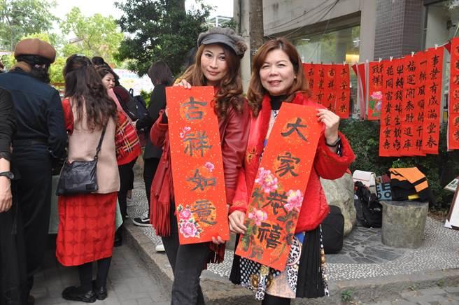 時尚視傳系徐淑敏老師(右)指導學生將彩繪技術應用在春聯及紅包袋上。(謝瓊雲攝)