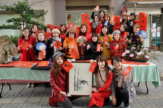 學生們集體創作的春聯、紅包袋作品在校園義賣,獲得師生熱烈響應。(謝瓊雲攝)