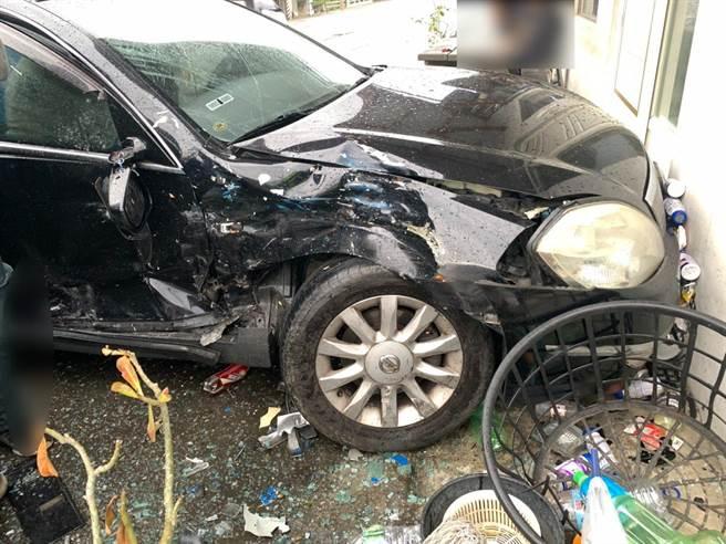 鍾男昨駕車行經台11線不慎與對向小貨車發生擦撞,造成雙方多處擦傷,且自小客車右側側門全毀,送醫治療幸無大礙。(鳳林警分局提供/羅亦晽花蓮傳真)