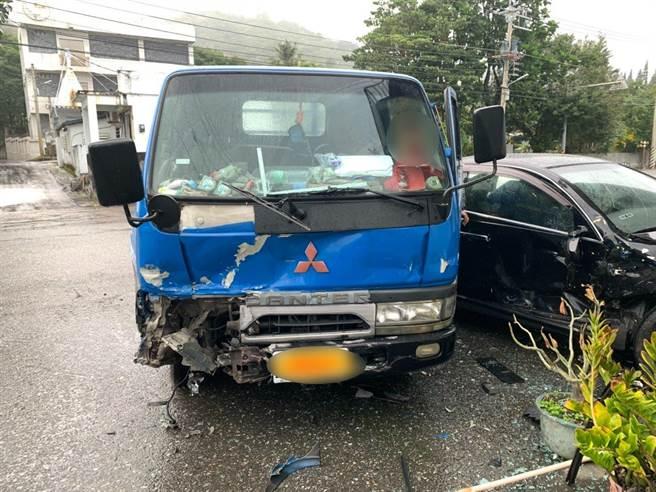 鍾男昨駕車行經台11線不慎與對向小貨車發生擦撞,造成小貨車車頭全毀。(鳳林警分局提供/羅亦晽花蓮傳真)