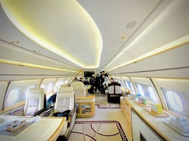 私人飛機內部又寬敞又豪華。(圖/翻攝自黃子韜微博)