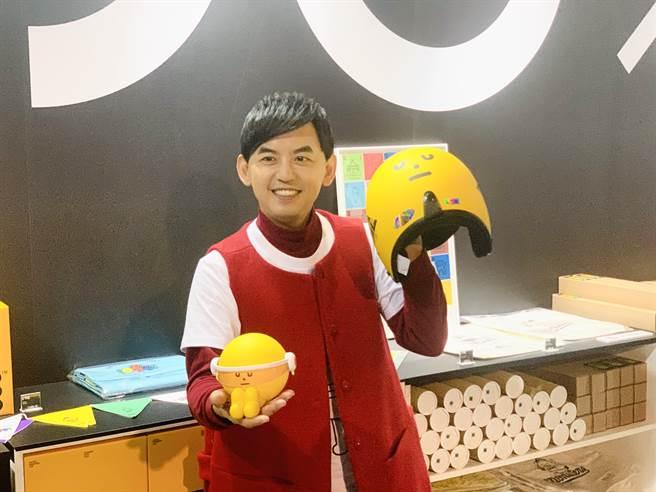 黃子佼對SML其周邊商品Yellowmon安全帽愛戴不已,現場直接被圈粉。(Campus編輯室攝)