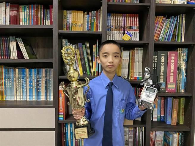 就讀大華中學7年級的唐瑀良去年和伙伴展現絕佳默契,勇奪Robofest Online世界機器人大賽水瓶相撲高級組世界第一。(大華中學提供/黃婉婷桃園傳真)
