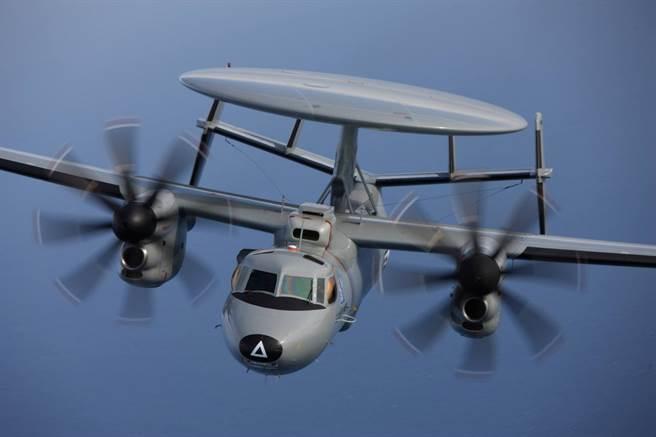 E-2D,比較明顯的特徵是機鼻的3角標誌,以及雷達頂部沒有敵我識別天線。(圖/洛克希德馬丁)
