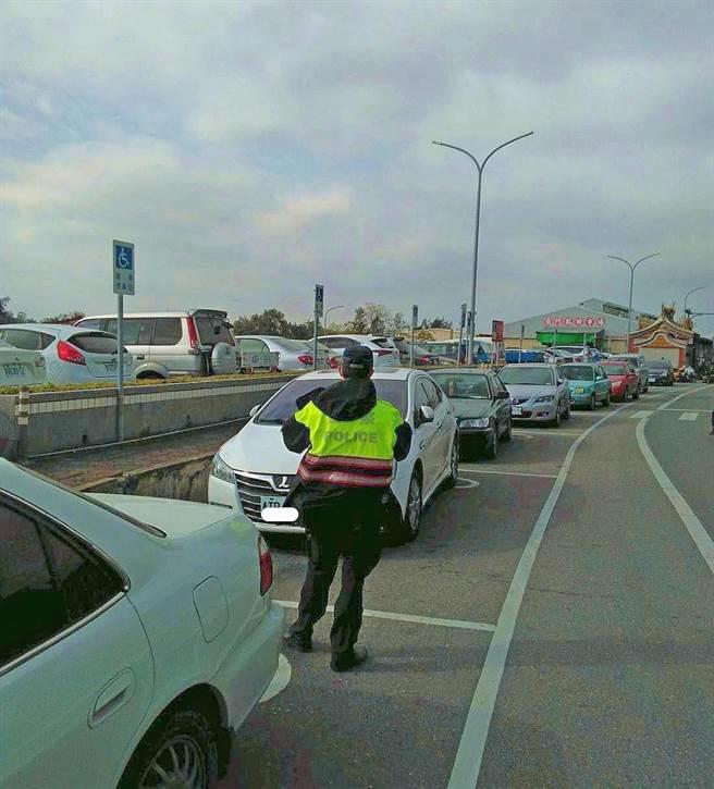 金門公有停車場的身心障礙停車格遭占用情況嚴重,警方將加強告發取締。(警方提供)