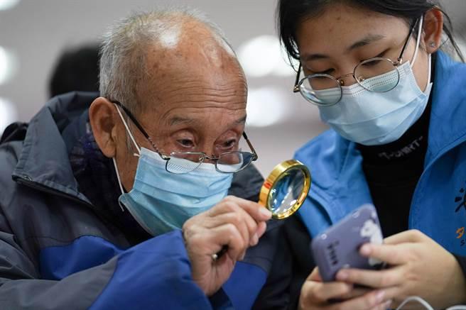 老人使用手機情況日益普遍,成為犯罪集團容易下手的目標。(圖/新華社)