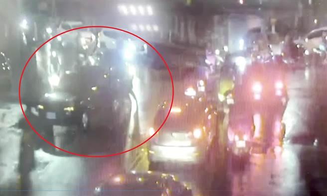 新北市汐止警分局社后派出所警員陳義忠與民眾合力協助排除故障車輛。(汐止警分局提供)