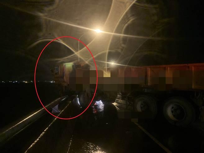 差1秒衝落蘭陽溪 宜蘭砂石車撞爛廂型車 小車駕駛受困車內 (翻攝畫面)