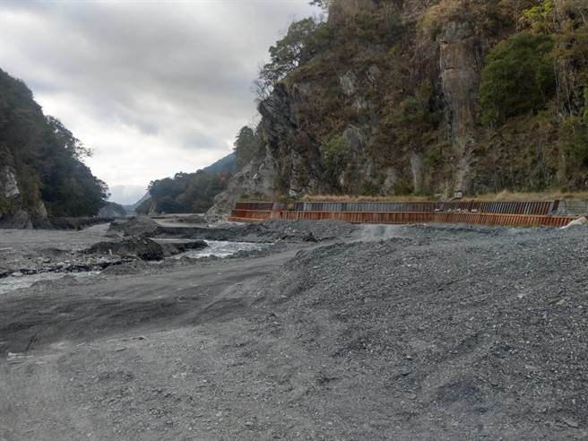 仁愛鄉親愛村萬大溪部分區域冬季水位下降,露出大片溪床。(仁愛鄉代洪文全提供/黃立杰南投傳真)